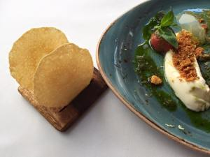 Mousse van parmezaan en crumble van tomaat, met een lichte pesto op basis van prachtige olijfolie en basilicum, een gelei van limoen, zeste van citroen en parmezaan crackers.