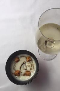 gepocheerd ei met truffel en een crème van aardappel en croutons