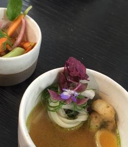 Amuse 2: dashi met gepocheerd kwarteleitje, tempura van rivierkreeftje, rettich met side dish van ingelegde groenten en gember.