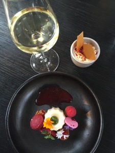 Dessert: canelé met framboos en basilicum.