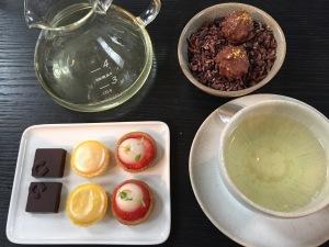 Teatime: groene thee uit China: Maojian uit Xinjang met lekkertjes.