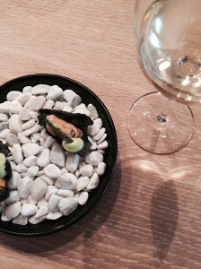 snack 2: krokantje van tapioca | mossel | zeekraal | peterseliecrème