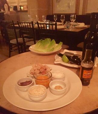 De Casear Salad wordt aan tafel bereid.